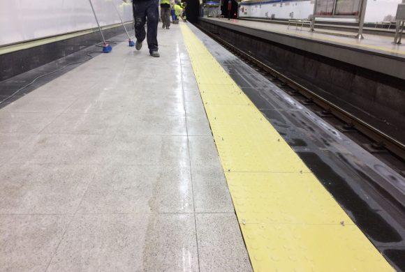 Comenzamos la instalación del pavimento podo táctil en el Metro de Madrid.