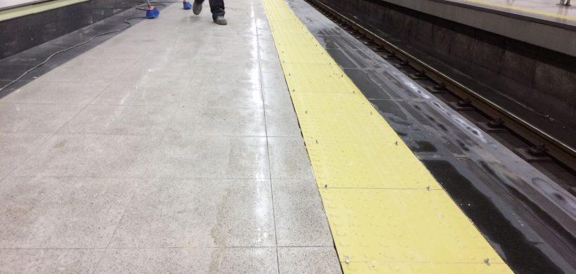 Comenzamos la instalación del pavimento podotáctil en el Metro de Madrid.